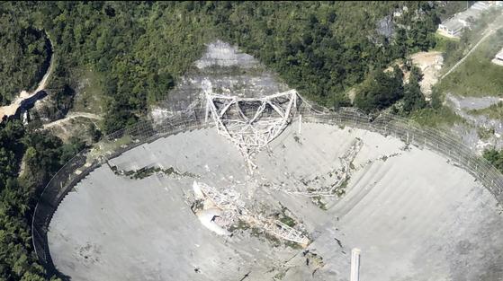 붕괴된 아레시보 전파망원경 [AP=연합뉴스]