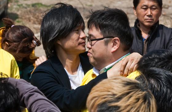 """2012년 총선 당시 서울 노원갑에 출마한 김용민 씨(오른쪽)를 주진우 전 기자(왼쪽)가 위로하고 있다. 김씨는 당시 테러 대책으로 """"(강간살인범) 유영철을 풀어가지고 (콘돌리자) 라이스 (전 미국 국무장관)는 아예 xx를 해가지고 죽이는 거예요""""라는 과거 발언으로 낙선했다. 중앙DB"""