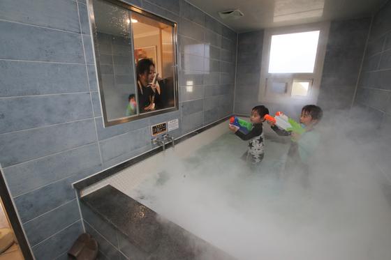 한국에서 가장 뜨거운 온천수(78도)가 나오는 경남 창녕군 부곡이 가족 여행지로 다시 주목받고 있다. 모르는 사람과 섞이지 않고 온천욕을 즐길 수 있는 '가족탕' 덕분이다. 부곡로얄호텔 가족탕에서 아이들이 물놀이를 하는 모습. 송봉근 기자