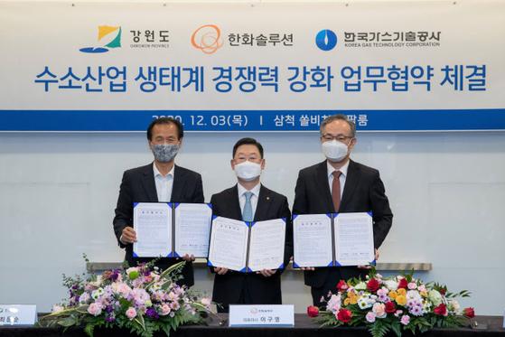 한화솔루션·강원도·한국가스기술공사는 3일 '강원도 수소산업 생태계 경쟁력 강화'를 위한 업무협약(MOU)을 체결했다. 한화솔루션은 300억원을 투자해 강원 평창군에 수소 생산 단지를 조성할 계획이다. 사진 한화솔루션