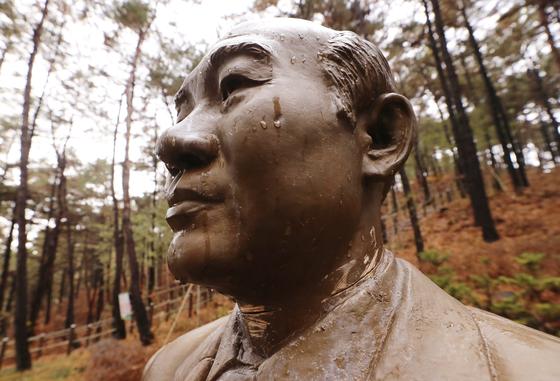 철거 대신 죄목 표시…청남대 전두환 동상 그대로 둔다