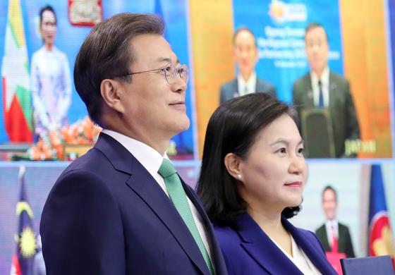 RCEP에 서명한 문재인 대통령과 유명희 통상교섭본부장. 중앙포토