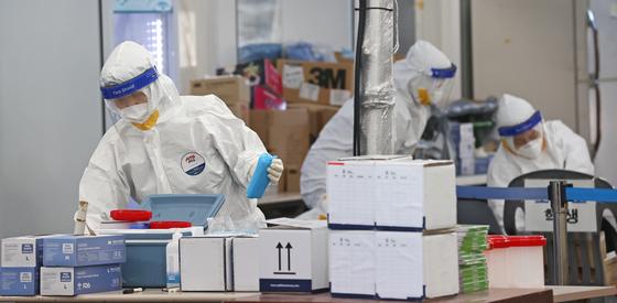 국내 신종코로나 바이러스(코로나19) 감염증 신규 확진자가 540명을 기록한 3일 오전 서울 송파구보건소 선별진료소에서 의료진이 업무를 보고 있다. [연합뉴스]