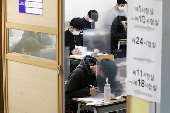 2021학년도 대학수학능력시험이 치러진 3일 오전 서울 종로구 경복고등학교 고사장에서 수험생들이 시험을 앞두고 자습하고 있다. [사진공동취재단]