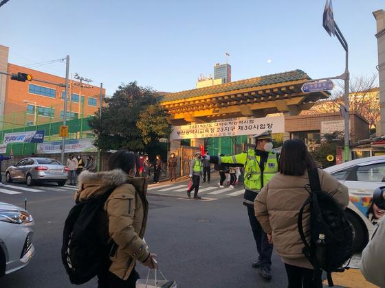 대학수학능력시험날인 3일 오전 8시 수험생들이 시험장으로 들어가고 있다. 사진 부산경찰청