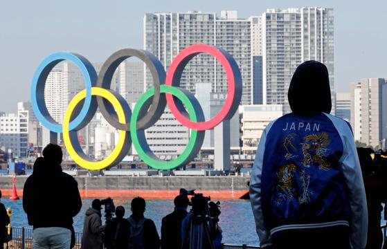 지난 1일 일본 오다이바 마린 파크에 올림픽 조형물이 재설치되고 있다. 로이터=연합뉴스