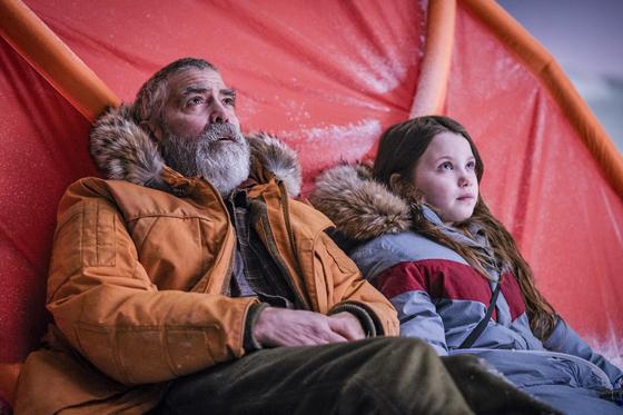 조지 클루니가 제작, 감독, 주연한 새 SF 영화 '미드나잇 스카이' 한 장면. 그가 연기한 주인공은 멸망한 지구의 북극기지에 남은 과학자다. [사진 넷플릭스]