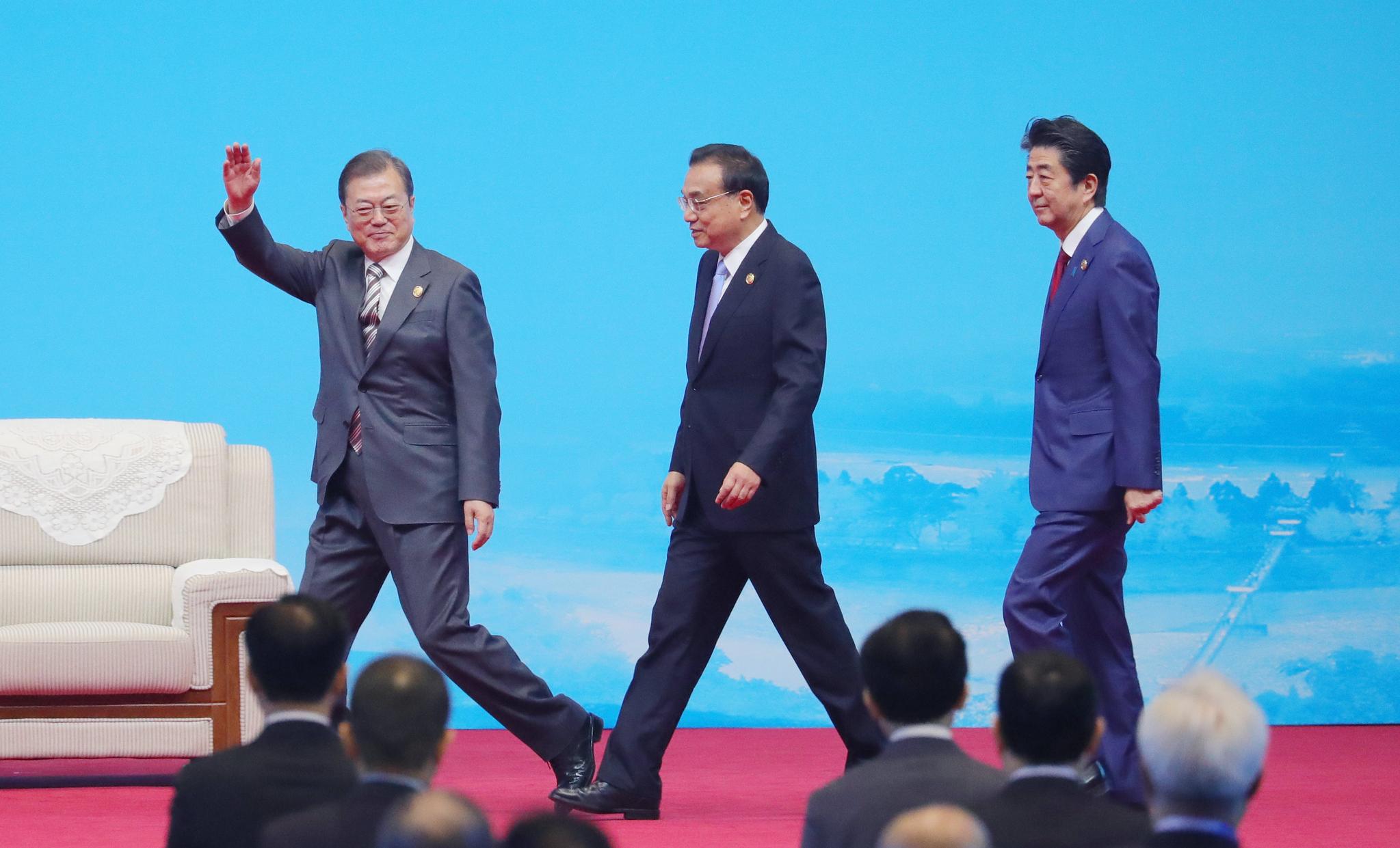 문재인 대통령과 아베 일본 총리, 리커창 중국 총리가 2019년 12월 24일(현지시간) 쓰촨성 청두 세기성 박람회장에서 열린 한중일 비즈니스 서밋에 입장하고 있는 모습. 연합뉴스