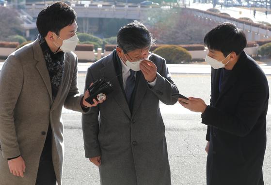 이용구 신임 법무부 차관이 3일 정부과천청사로 출근하고 있다. 연합뉴스
