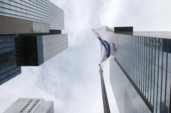 서울 서초구 삼성전자 서초사옥에 삼성전자 깃발이 펄럭이고 있다. 우상조 기자