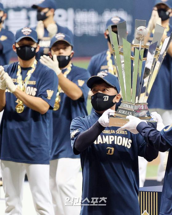 지난달 24일 한국시리즈 우승 후 트로피를 들어올리고 있는 김택진 NC 구단주
