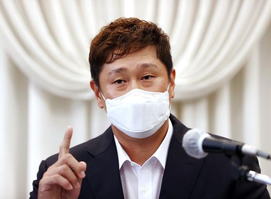이대호 한국프로야구선수협회 회장이 2일 서울 호텔리베라 청담에서 기자회견을 열어 판공비 6000만원 '셀프 인상' 논란이 불거진 데 대해 억울함을 호소하고 있다. [뉴시스]