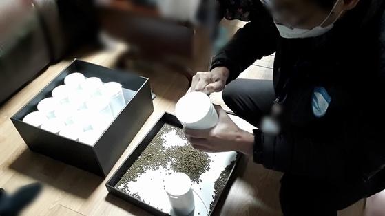 경기도 특별사법경찰단 대원들이 A씨가 만든 무허가 의약품을 조사하고 있다. 경기도