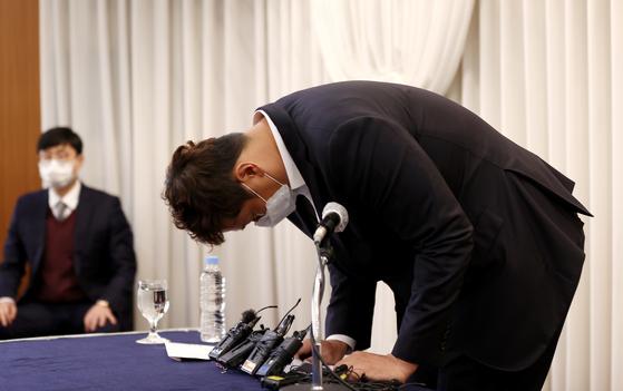 과도한 판공비 인상 문제로 논란에 휩싸인 한국프로야구선수협회 회장 이대호가 2일 해명 기자회견에서 고개를 숙여 사과의 뜻을 전하고 있다. [뉴스1]