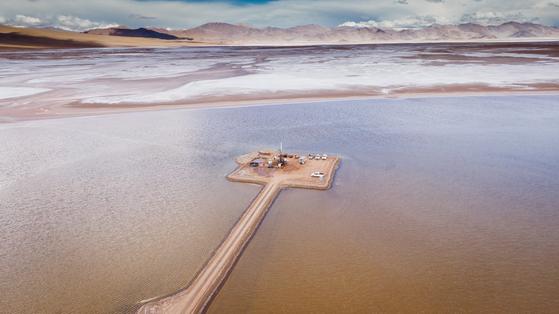 포스코가 아르헨티나 리튬 염호에서 리튬 매장량을 측정하기 위한 탐사를 하고 있다. 사진 포스코