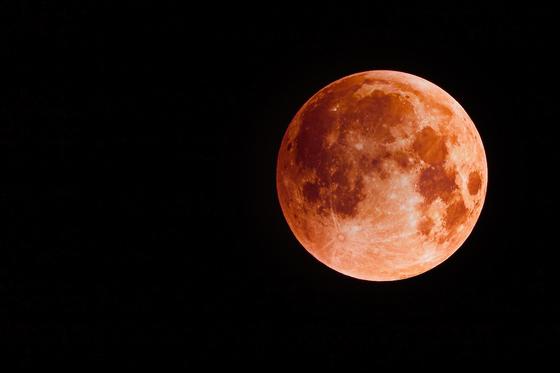 '블러드 문'은 태양과 달 사이에 지구가 껴들어 개기월식일 때 일어나는 현상이다. [사진 pixabay]