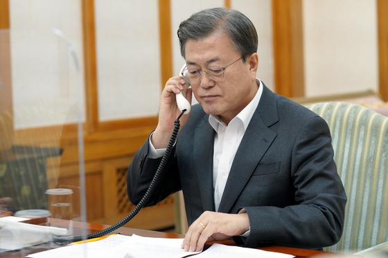 문재인 대통령이 3일 청와대 관저 회의실에서 에마뉘엘 마크롱 프랑스 대통령과 통화하고 있다. [사진 청와대]