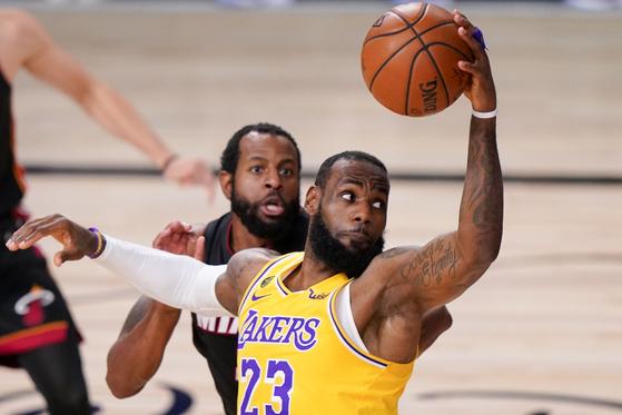 NBA 수퍼스타 르브론 제임스가 LA레이커스와 계약을 2년 연장했다. [AP=연합뉴스]