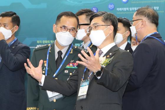 지난 11월 2020 대한민국방위산업전에서 서욱 국방부 장관(오른쪽)이 남영신 육군참모총장과 대화하고 있다. [연합뉴스]