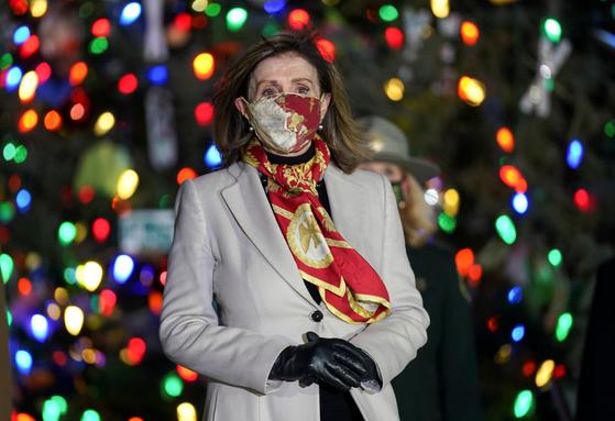 미국 민주당 소속의 낸시 펠로시 하원의장. 9080억 달러 규모의 경기 부양안에 지지의사를 보였다. 사진은 2일 워싱턴에서 열린 크리스마스트리 점등행사. 로이터=연합뉴스