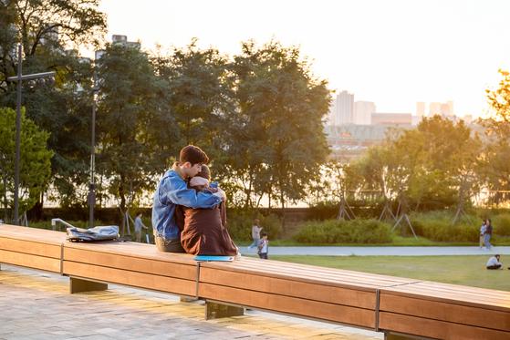 '스타트업' 속 인물들이 자주 어울리고 모이던 야외 스탠드는 서울 노들섬에 있다. 산책로 너머로 한강이 보인다. [사진 tvN]