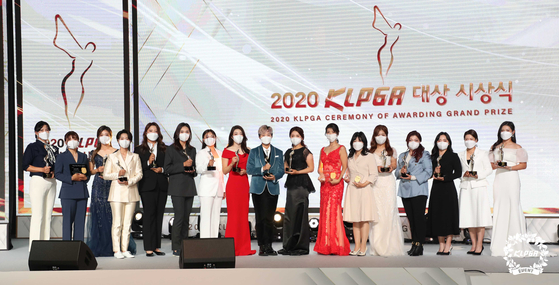 지난달 24일 KLPGA 대상 시상식에서 함께 모인 수상자들. 이날 수상자 중 대다수가 김상열 KLPGA 회장을 향해 약속이라도 한 듯 감사 인사를 전했다. [사진 KLPGA]