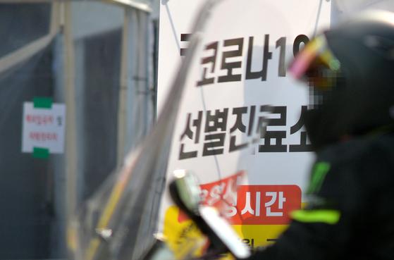 대전의 한 보건소 코로나19 선별진료소에서 의료진이 검사하고 있다. 프리랜서 김성태