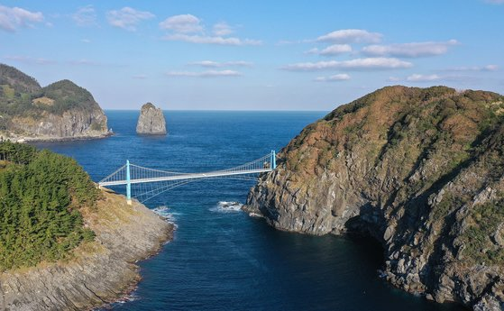 울릉도(왼쪽)와 부속섬 관음도. 걸어서 건널 수 있는 다리가 놓여 있다. 프리랜서 장정필
