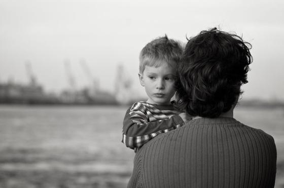 사춘기 무렵의 자녀가 생각하는 아버지의 모습은 대개 부정적인 이미지다. 아버지 하면 떠오르는 게 무어냐 물으니 1순위가 큰소리치는 사람, 2순위가 술 마시는 사람이며, 3순위 TV 보는 사람이다. [사진 pixnio]