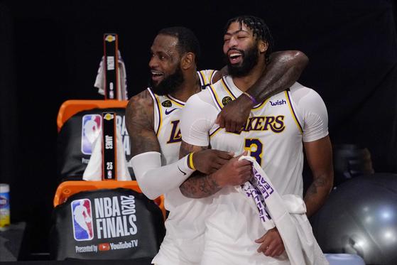 NBA 챔피언 결정전 우승 직후 환호하는 앤서니 데이비스(오른쪽)와 르브론 제임스. [AP=연합뉴스]
