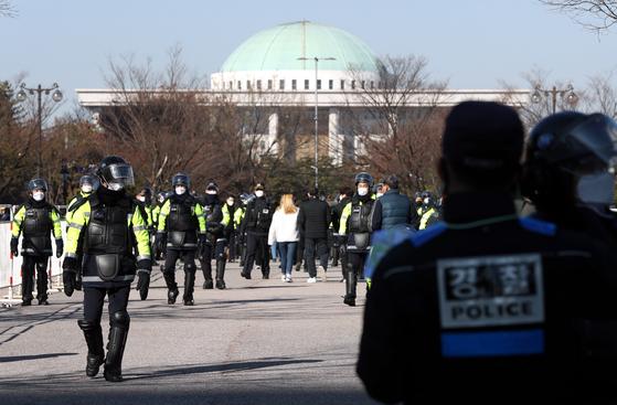 서울시가 여의도 일대의 전국민주노동조합총연맹(민주노총)과 산별노조의 집회를 전면 금지한 4일 서울 여의도공원에서 경찰들이 출입을 통제하고 있다. 뉴시스