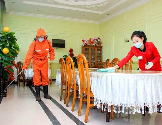 북한 남포시 천리마구역의 식당에서 방역 작업을 진행하고 있다. [뉴스1]