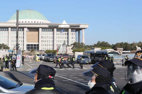경찰, 민주노총 여의도 집회 차벽 설치하고 해산 절차 진행