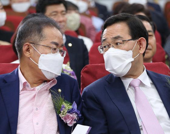홍준표(왼쪽) 무소속 의원과 주호영 국민의힘 원내대표. 뉴스1