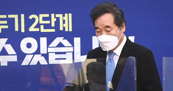 이낙연 더불어민주당 대표가 4일 국회에서 열린 최고위원회의에 입장하고 있다. 연합뉴스