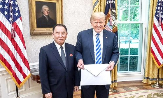 2018년 6월 1일 김영철 북한 노동당 부위원장이 백악관을 방문해 트럼프 대통령에게 김정은 국무위원장의 친서를 전달 하는 모습. [뉴스1]