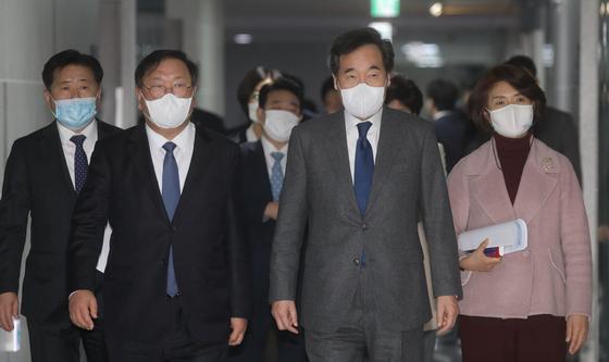 이낙연 더불어민주당 대표가 3일 오후 2주간 자가격리를 마친 뒤 서울 여의도 국회의원회관에서 열린 미래입법과제 상임위 간사단 연석회의에 참석하고 있다. 오종택 기자