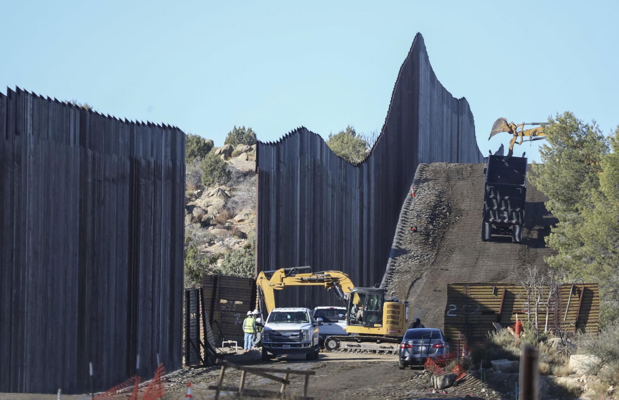 미국 캘리포니아주 자쿰바에서 12월 1일(현지시간) 건설중인 멕시코 국경 장벽. 조 바이든 대통령 당선인 측은 국경장벽 건설을 중단하기를 원하지만 대통령직을 몇 주 남겨 놓은 트럼프 대통령은 임기 중 최대한 건설 공사를 진척시키기 위해 박차를 가하고 있다. AFP=연합뉴스