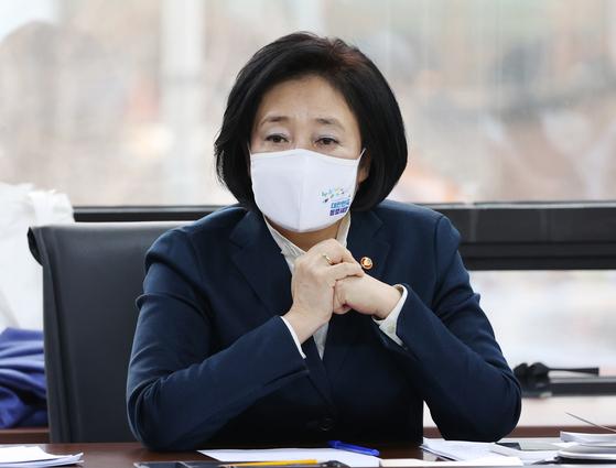 박영선 중소벤처기업부 장관이 2일 화상으로 개최된 지역뉴딜 관계기관 연석회의에 참석해 발언하고 있다. 연합뉴스