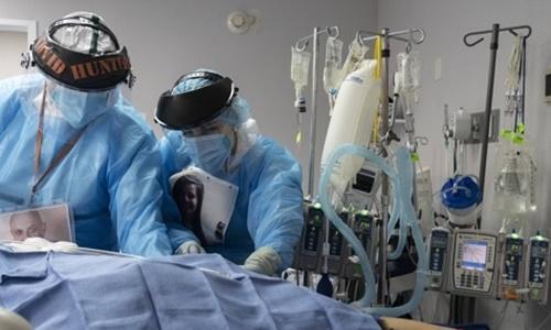코로나19 집중치료실에서 환자 돌보는 미 의료진. AFP=연합뉴스
