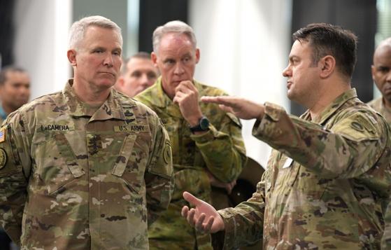 지난해 12월 주일 미군기지를 찾은 폴 라캐머러 사령관(왼쪽)이 조나단 하이트 주일미군 부사령관의 설명을 듣고 있다. [미 육군 제공]