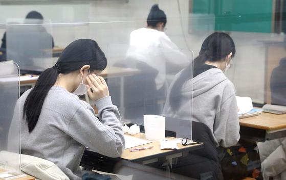 지난 3일 오전 대전의 한 고등학교에서 수험생들이 2021학년도 수능 시험을 준비하고 있다. 연합뉴스