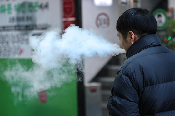 국회 기획재정위원회 재정소위에선 지난달 액상형 전자담배의 세율 인상을 둘러싼 기획재정부와 국민의힘 간 격론이 벌어졌다. 기획재정부는 일반 담배의 절반 가량인 액상담배의 세율을 인상해야 한다고 주장한 반면, 국민의힘은 세율 인상의 근거가 부정확하다며 반대했다. 뉴스1