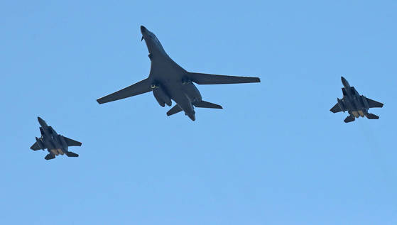 미국의 전략무기인 B-1B '랜서' 폭격기가 2017년 10월 한국 공군 F-15K의 엄호를 받으며 서울공항 상공을 비행하고 있다.   백조 모습을 연상시켜 '죽음의 백조'라는 별명을 가진 B-1B 전략폭격기가 4일 미국 본토를 출발해 일본 인근을 거쳐 괌으로 비행했다. [연합뉴스]