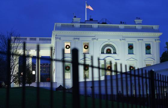 """미국 워싱턴DC에 있는 백악관. CNN은 익명의 백악관 관계자를 인용해 """"백악관 거의 모든 직급의 스태프들이 탈출에 나서는 기류""""라고 4일(현지시간) 보도했다. [AFP=연합뉴스]"""