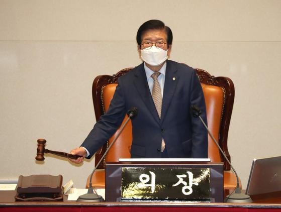 박병석 국회의장이 지난 2일 서울 영등포구 여의도 국회에서 열린 본회의에서 내년도 예산안 가결을 선포하고 있다. SOC 예산은 정부안 대비 5000억원 늘어난 26조5000억원이 됐다. 뉴스1