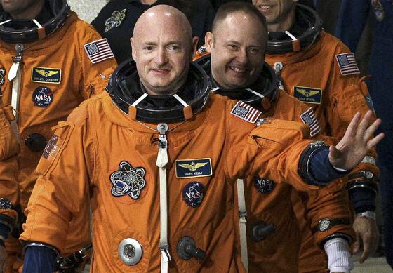 우주비행사로 일했던 마크 켈리(가운데 앞)가 애리조나주 상원의원에 당선됐다. 사진은 2011년 케네디 우주센터에서 취재진을 향해 손을 흔드는 모습. [AP=연합뉴스]