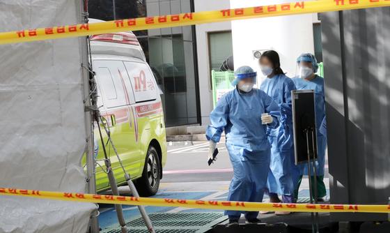 제주서 코로나19 첫 지역감염 사례가 발생한 지난 4일 오후 제주시 한 병원 선별진료소에서 의료진들이 분주히 움직이고 있다. 뉴스1