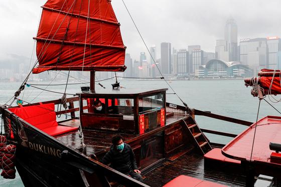홍콩 관광객이 주로 이용하는 배의 선원이 마스크를 쓰고있다. [로이터=연합뉴스]