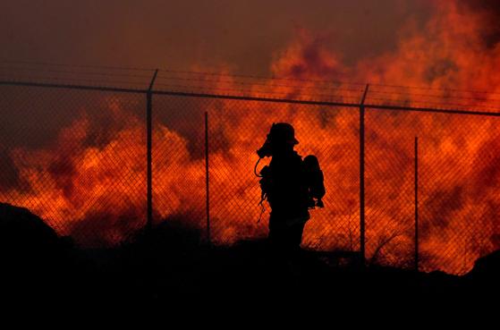 미 캘리포니아 지역에서 산불이 발생해 소방대원이 진화작업을 하고 있다. AP=연합뉴스
